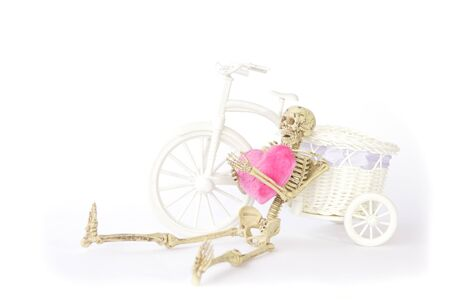 pull toy: Bicicletas esqueleto apoyándose Humanos sobre fondo blanco