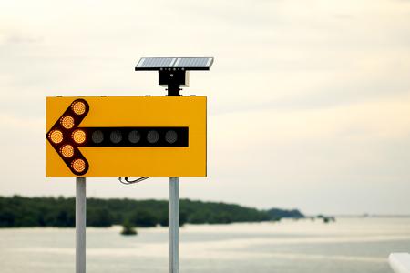 道路標識、自然の背景としての太陽電池。