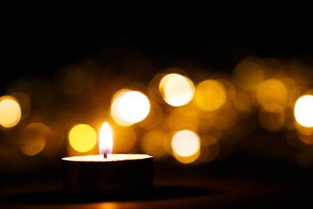 Temporada de Adviento, cuatro velas de Navidad ardientes festivas con adornos de bayas Foto de archivo