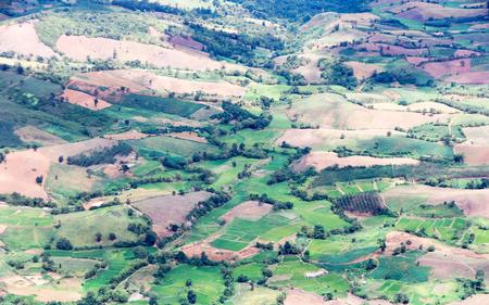 Foresta distrutta sulla montagna, l'area è stata invasa da foreste tropicali, le persone hanno invaso l'area per creare campi di riso Archivio Fotografico