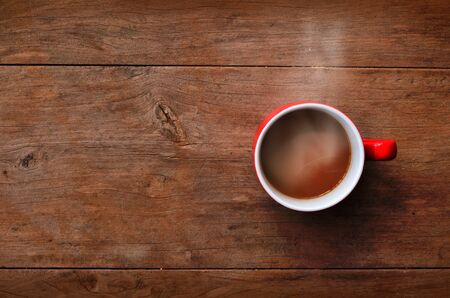 red cup coffee on wood background 版權商用圖片 - 14168028
