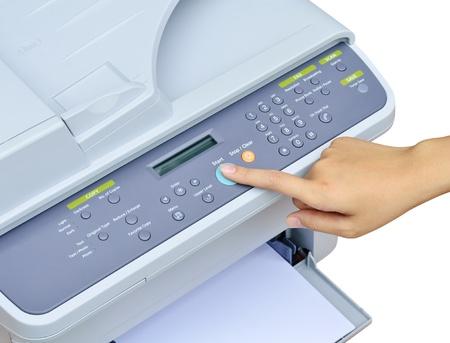 fotocopiadora: Mano de inicio presionando el botón de la impresora Foto de archivo