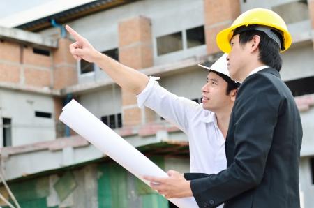 ingeniero civil: Dos ingenieros est�n trabajando en un �rea de construcci�n