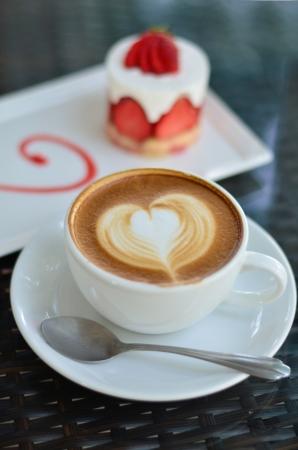 cafe y pastel: Cerca arte del caf� con leche y tarta de fresa Foto de archivo