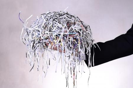 사업가 더미를 들고 문서 파괴