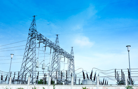 torres de alta tension: estación de electricidad paisaje sobre el cielo azul