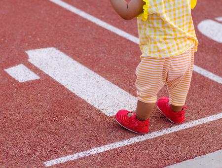 caminar: Bebé listo para caminar por primera vez a sí mismo de inicio y puesta en marcha de negocios o la vida y el concepto de juego Foto de archivo