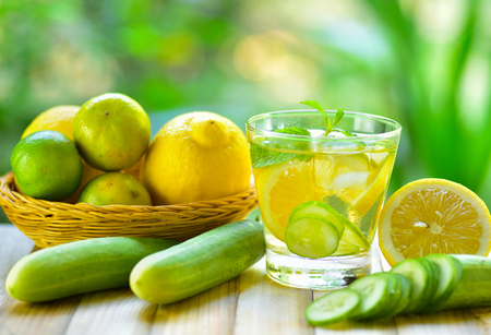 Detox water drink with lemon and cucumber in glass Stockfoto