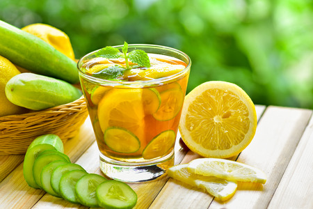 Tilt shot for glass of detox water drink with lemon and cucumber Stockfoto