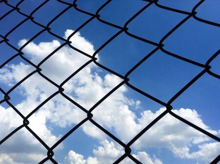 red: F�tbol red de la porter�a con el cielo azul y las nubes. Foto de archivo