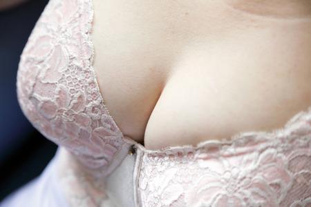 Primer plano de los pechos de una mujer