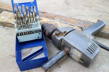 reciprocate: Drill and drill bits for use on wood