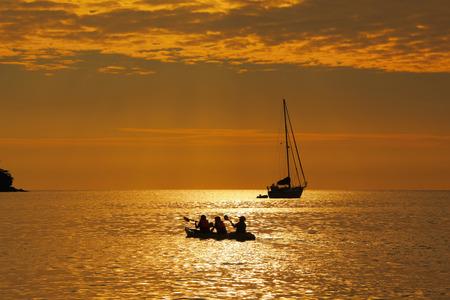 Family Sea Kayaking at Sunset Standard-Bild