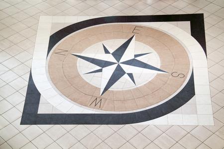 marqueteria: Grande incrustaciones brújula con azulejos marrones negros y luz en el piso