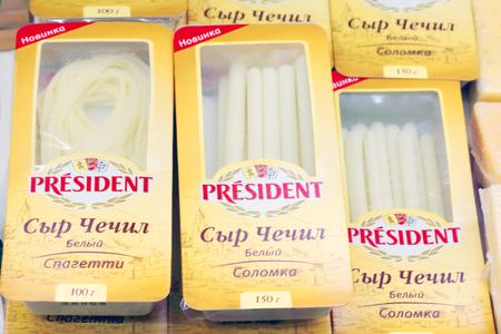 european food: PERM, Rusia - 18 de agosto 2014: El presidente de queso en la tienda de Rusia. Rusia ha impuesto sanci�n por alimentos en Europa, incluidos los quesos