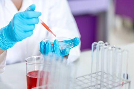Analisi biochimiche e analisi chimiche in laboratorio.