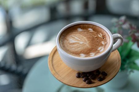 Tła kawy latte, filiżanka kawy latte w sklepie. Zdjęcie Seryjne