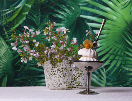 ambiance: A beautiful summer ambiance with small flowers and desert of meringue