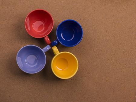 砂の背景に一緒にコーヒーを 4 杯の束。コンセプト