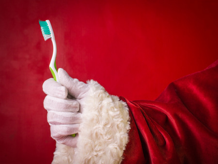 Aconseje a Santa Claus: ¡cepíllese bien los dientes todos los días! Foto de archivo