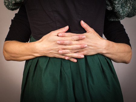 Fille étreignant sa mère dans une robe sombre et autour de son peu Banque d'images - 96199290