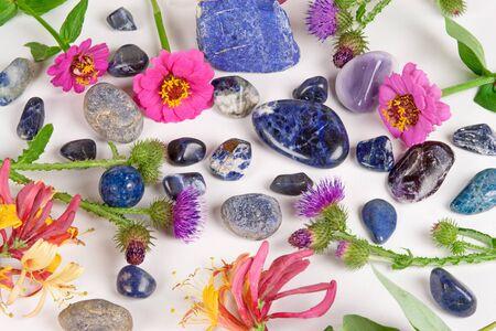 gemology: Gemme blu, sodalite, zaffiro e lapislazzuli su sfondo bianco
