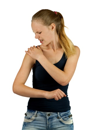 epaule douleur: Jeune femme avec douleur � l'�paule sur fond blanc