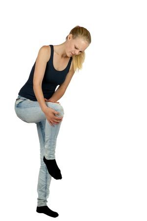 Jeune femme avec une blessure au genou sur fond blanc