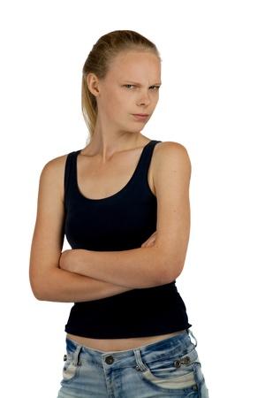 desconfianza: Chica joven con los brazos cruzados sobre fondo blanco