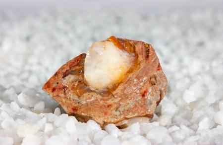 silica: Naturale opale, o silice idrata, che � una pietra amorfa con iridescenza luminosa utilizzata come una gemma preziosa in gioielleria