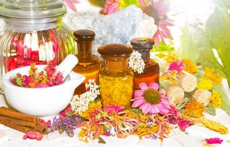 crystal healing: Naturopatia e aromaterapia ancora la vita con un mortaio insieme a fiori freschi e secchi, pot-pourri floreali ed estratti di olio essenziale in bottiglie e Celestino per la guarigione di cristallo