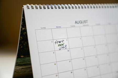 Start new job hand written on calendar Banque d'images - 117259201