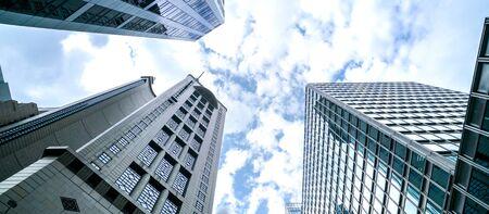 Gemeinsame moderne Geschäftswolkenkratzer, Hochhäuser, Architektur, die in den Himmel steigt. Geschäfts-, Finanz-, Wirtschafts- und Zukunftskonzepte