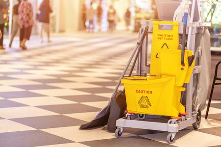 Conjunto de equipos de limpieza en el centro comercial Terminal 21 Pattaya, Tailandia