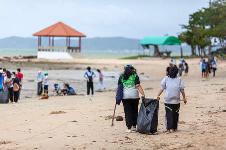 Rayong, Thailand 10 December 2020: Group of volunteers cleaning up beach line at Had Nam Rin. 新聞圖片