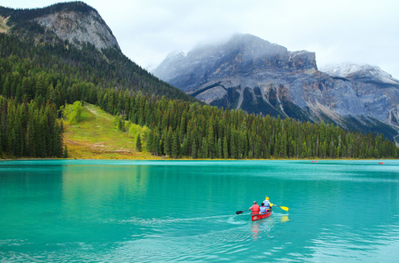 People conoeing on the Emerald Lake om Rocky Mountains