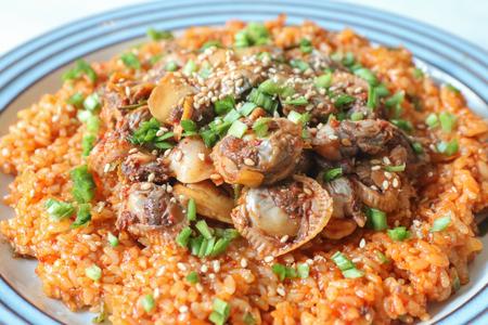 Bibimbap de berberechos, comida tradicional coreana de temporada de invierno