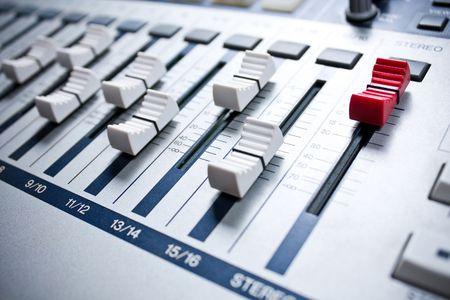 eq: mezclador de color blanco con rojo maestro en estudio