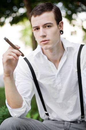 durchbohrt: Mann denkt, w�hrend das Rauchen Zigarre