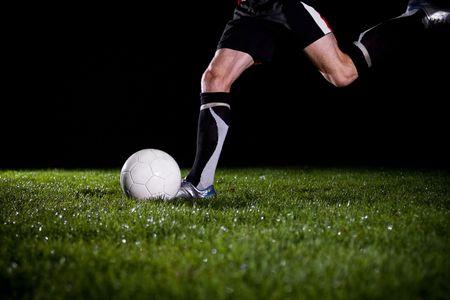 coup de pied: joueur de football va relancer la balle Banque d'images