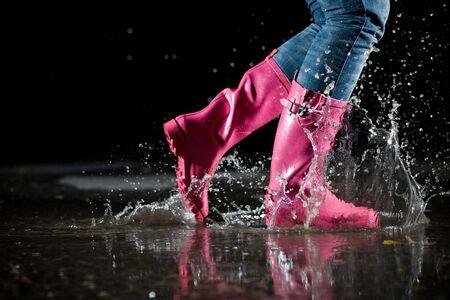 botas de lluvia: ni�a saltando en el charco