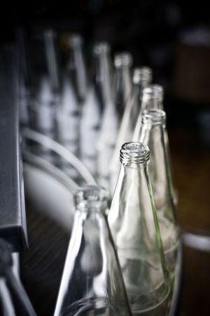 leere flaschen: leere Flaschen in einer Zeile  Lizenzfreie Bilder
