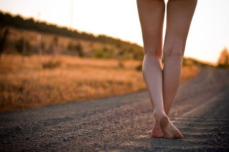 barfu�: Beine auf l�ndliche Stra�e