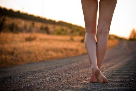 descalza: piernas en carretera rural