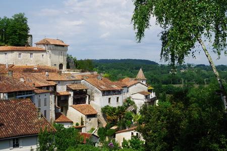 샤또 및 마을 Aubeterre 스톡 콘텐츠 - 58366684
