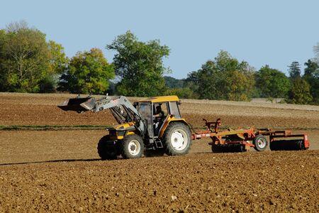 Landbouwer die zijn land voorbereidt alvorens te zaaien