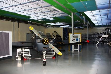 Single engine airplane in a workshop Foto de archivo - 104741907