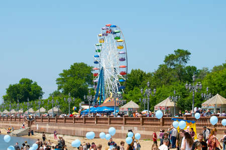 vacationers: Ferris wheel. Vacationers people on the Quay at the weekend.