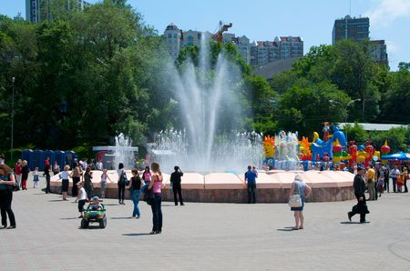 vacationers: Vladivostok. Music fountain on the waterfront. Vacationers citizens a day off at a fountain.