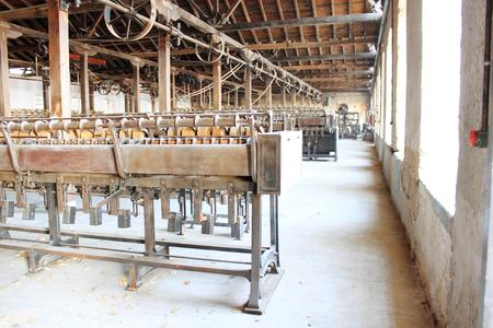 máquinas oxidados de la vendimia en una fábrica abandonada de cáñamo. Foto tomada en Edessa, el norte de Grecia.